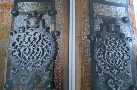 Надписи на воротах мавзолея
