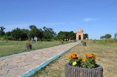 Рядом с мавзолеем Гаухар ана посажены цветы и фруктовые деревья