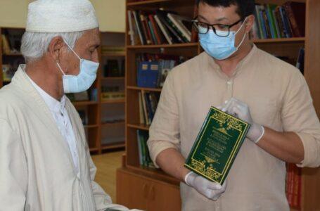 Старейшина из города Туркестан передал рукописи и старинные книги в фонд заповедника-музея