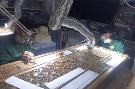 Сотрудники заповедника-музея принимают участие в реставрации двери средневекового  надгробия