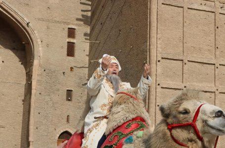 «Әзірет Сұлтан» қорық-музейі Наурыз мерекесіне орай балаларға тәттілер таратты