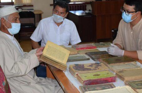Түркістандық ақсақал қорық-музей қорына қолжазбалар мен көне кітаптар тапсырды
